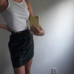 Gullig Svart skinnkjol från Vintage Dressing, mycket bra skick (köparen står för frakten) 🌺💖