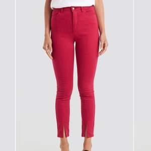 Skit balla röda jeans med en slits vid botten av jeansen. Använda fåtal gånger, säljer då dem har blivit för små. Dem är i storlek 34. Priset går att diskutera❤️