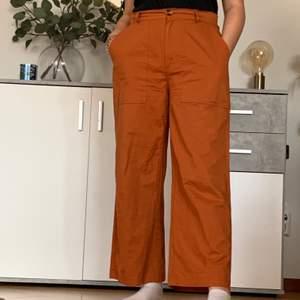 Snygga och sköna byxor från Zalando som jag aldrig användt mer än på bilderna. Byxorna är i en croppad modell men på mig som är 160cm ser dem ut som normal längd😅❤️, kommer självklart stryka/tvätta byxorna innan leverans!<3 köparen betalar frakt✨ strl 38