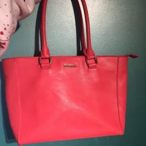 Säljer nu en corall rosa DON DONNA handväska i ny skick. Är inte lika stark rosa irl utan har en mer corall rosa ton. Inga fläckar eller något utanpå, inuti är det lite märken på ena sidan men inget man tänker på.