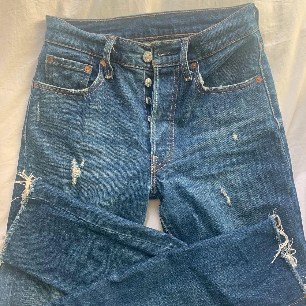 Levis jeans köpta på forever 21 i New York i en dunder fin mörkblå färg med diskreta slitningar på framsidan. De är 501 skinny modellen i W24 L30 skulle säga att dem passar er som vanligtvis har S. Köparen står för frakt. Pris kan diskuteras🥰  . Jeans & Byxor.