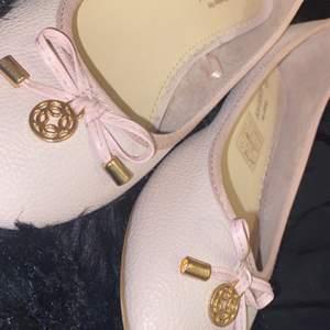 Jättefina ballerinaskor i babyrosa✨ endast använd 1 gång därav är den nästan som ny✨ storlek 38✨ köparen står för frakten📦