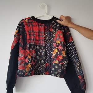 Ball mönstrad sweatshirt från Zara. I storlek S men passar även M. Vid minsta intresse/fundering så är det verkligen bara att kontakta♥️♠️