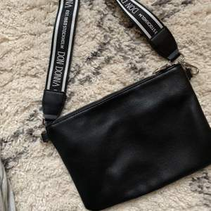 Superfin axelremsväska från don Donna som är använd ca 2ggr. Så skicket är som nytt! Går att justera väskbandet så man kan ha den längre eller lite kortare. Frakten kostar 66kr.