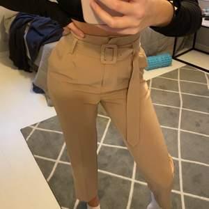 Supersnygga beiga kostymbyxor med bälte från NAKD i storlek 34 💕 skriv till mig för fler bilder!!