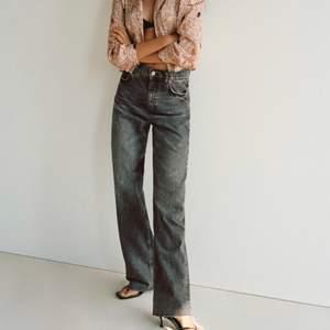 Säljer mina gråa zara jeans i storlek 38, aldrig använda endast testade!!