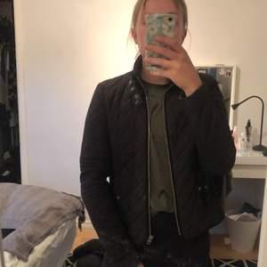 Säljer denna jacka från Vero Moda i storlek XS, jag själv använder XS/S och tycker denna är lite för liten, passar bättre på XXS/XS. Det är en jacka som passar tidig vår och höst!!