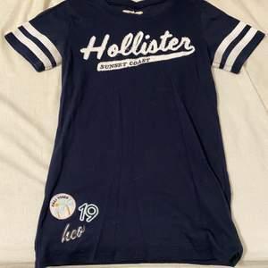 Marinblå tröja från hollister i storleken XS.