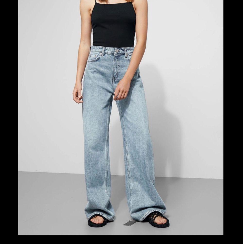Säljer dessa jeans som är köpta här på plick pga att de är för stora! Endast avända en gång och några gånger av tidigare ägaren. Pris kan diskuteras o hör av er för bilder!. Jeans & Byxor.