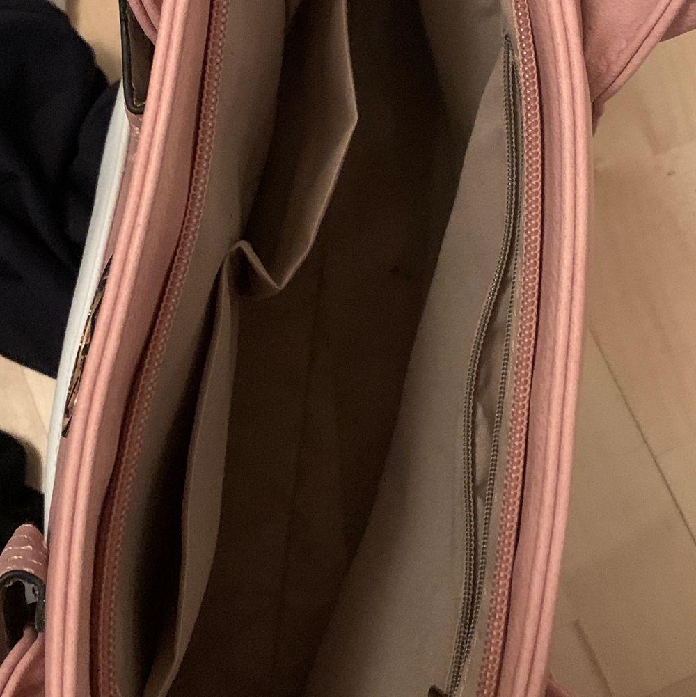 En stor och praktisk väska som troligtvis är fake.. Väskor.