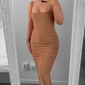 Bronzefärgad klänning från NLY, storlek S i fint skick.  Hämtas i Sundbyberg eller fraktas. Frakt kostar 57kr extra, postar med videobevis. Jag garanterar en snabb och pålitlig affär!🌸