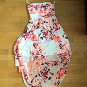 Skit snygg sommar klänning i storleken S, den är vit med ett blommig mönster. Sitter så fint på och perfekt för en skolavslutningen eller bara varm sommardag