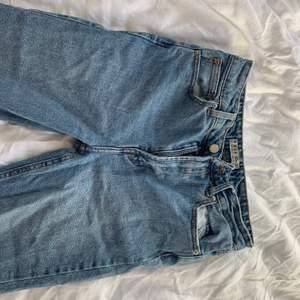 Säljer mina blå mom jeans från Primark. Dom är i modellen skinny jeans men är lite mer i skinny jeans varianten. Storlek 38 men är lite mindre i storlek. Köpta i london, jättesköna jeans men använder inte ofta.❤️