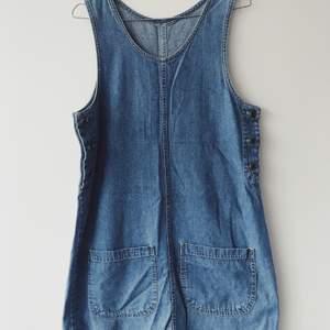 Jeansklänning med fickor framtill. Ingen storleksmärkning men skulle säga att den passar S (oversized) - L.