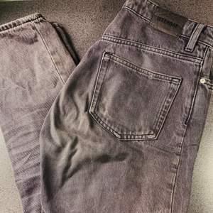 jättesnygga jeans från weekday, de är använda en del men väldigt bra skick. Säljes då de inte passar längre! 💕 (de ser lite missfärgade ut på första bilden men de var ljuset som gjorde så det ser skumt ut, färgen är som den andra bilden/lite ljusare)