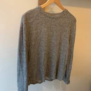 En fin grå tröja, använd några få gånger, säljer pga att jag rensar min garderob. ordinarie pris: vet inte Storlek:s Hör av er vid intresse eller för mer bilder♡  Pris är exklusive frakt. Frakt kostar 44kr