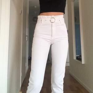 vita jeans från gina, väldigt korta på mig som är 181 🤠 frakt tillkommer