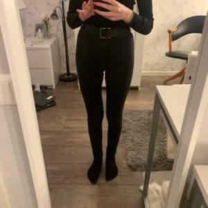 Ett par svarta jeans. De är antingen skinny eller super skinny men råkade ta fel storlek så säljer de. De är använda men i bra skick! De passar mig och jag är ca 160cm lång. Frakt inräknat i priset!!! Vid köp av flera kan jag samfrakta i den mån det går. Kolla gärna in min profil!