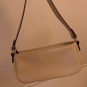 ! KÖPVILKOR I MIN BIO ! Säljer denna super fina beiga väskan. Köptes i somras från SHEIN men har endast kommit till användning tvåtal gånger. 🤍