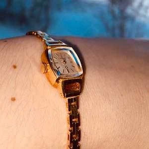 Väldigt fin Omega klocka som kostar 18.000 vanligtvis. Säljer den för 14.000. Kom privat för mer info. Säljes pga används aldrig. Obs köpare står för frakt! 48:- Mottaglig för prutning