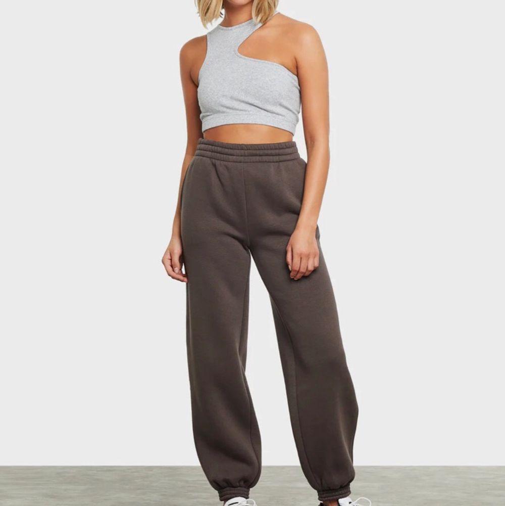 *Högsta bud 240*Supersnygga oversized mjukisbyxor från bikbok! I stl XS men passar även S och M enligt mig då de är väldigt oversized men sitter åt perfekt i midjan💕 Använda ett fåtal gånger och säljer då jag inte använder de💛 Buda från 200kr☺️ *Lånad bild. Jeans & Byxor.