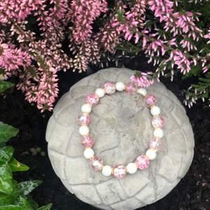 Vi är ett UF företag som säljer smycken. Vi säljer den här fina pärl armbandet med glaspärlor. En andel av inkomster går till The Oceans Cleanup som tar bort plast från haven! Frakt 49kr