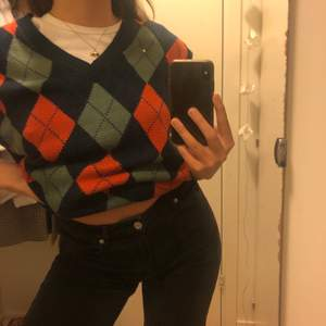 Supersnygg och trendig stor stickad vest! Storlek l och passar skitnayggt lite oversized.