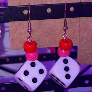 Örhängen med tärningar!✨ rosa och röd pärla! Ej provade. Bär ett annat nästan likadant par!