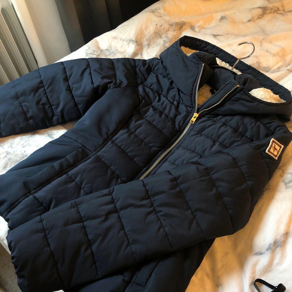Mörkblå varm vinterjacka från Hollister. Supermysig i och med det teddymaterialet på insidan😍 använd 1 vinter och är därför i väldigt fint skick! Strl M men passar mer S. Jackor.