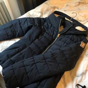 Mörkblå varm vinterjacka från Hollister. Supermysig i och med det teddymaterialet på insidan😍 använd 1 vinter och är därför i väldigt fint skick! Strl M men passar mer S