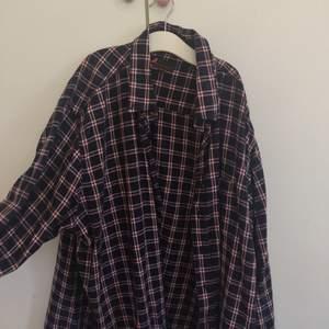 Säljer denna tunn flannel. Skicket är mycket bra. Storlek xxl men funkar bra som oversize skjorta, jag som är s har använt den så. Frakt ingår i pris. Betalas endast av Swish.✨✨