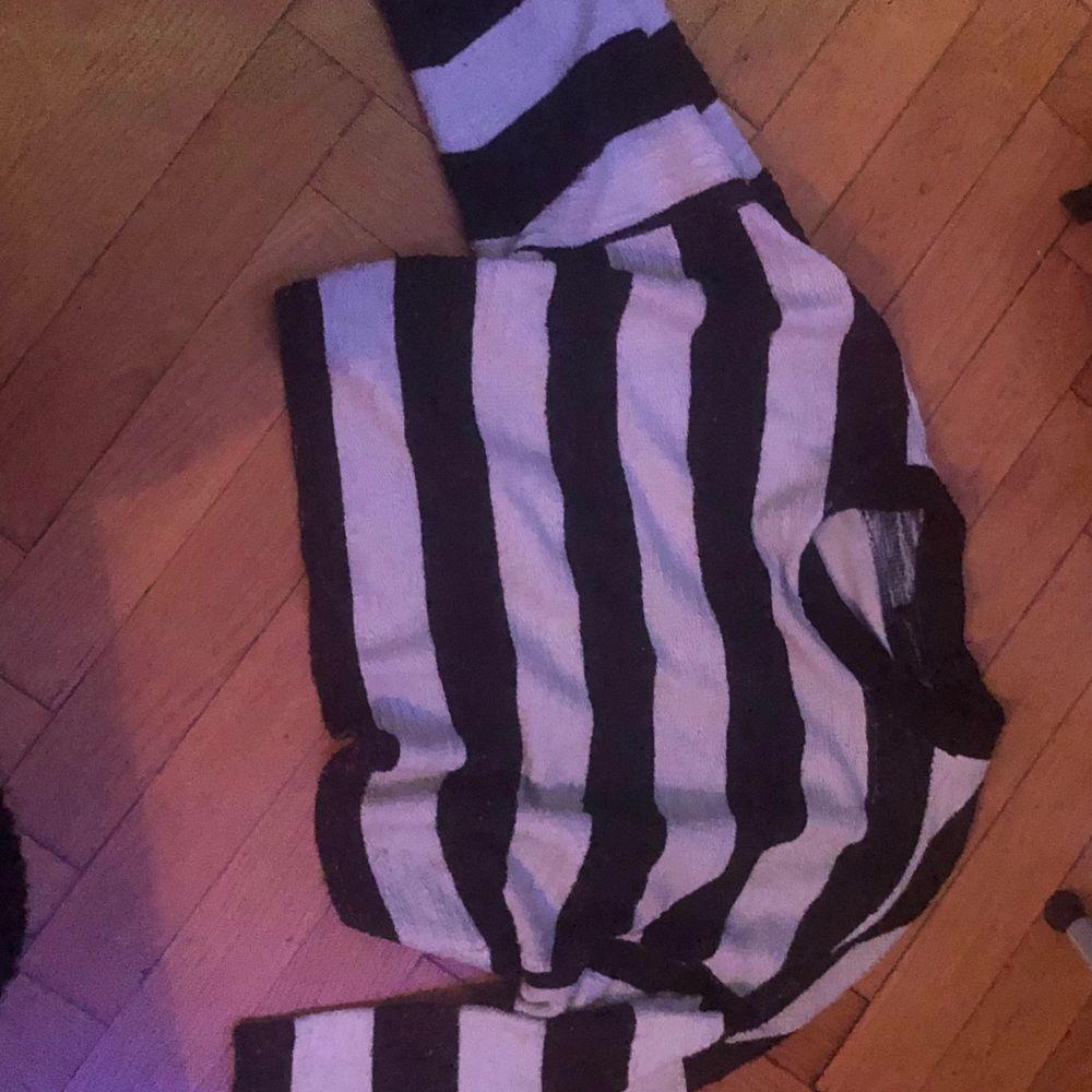 Säljer denna stickade tröja från monki pga lite användning 💞 köptes för några år sedan men är använd ett fåtal gånger. Blir som en crop top för mig som är 160 men man kan fortfarande ha den innanför byxorna :) Den är inte jättevarm utan ganska luftig. Möts i Stockholm eller så betalar köparen för frakt ❤️. Tröjor & Koftor.