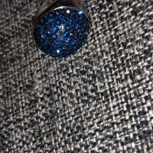 Mycket vacker ring med blåa diamanter