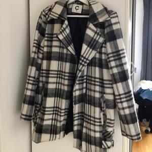 En blandning mellan kappa jacka o bikerjacka. Varm och användbar. Köpt secondhand.