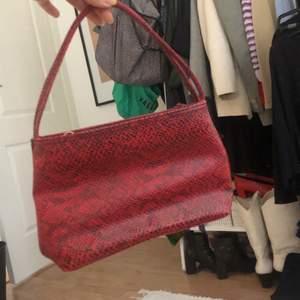 Köpt på secondhand. Röd med svart ormskinn i läderimitation. Y2K stil