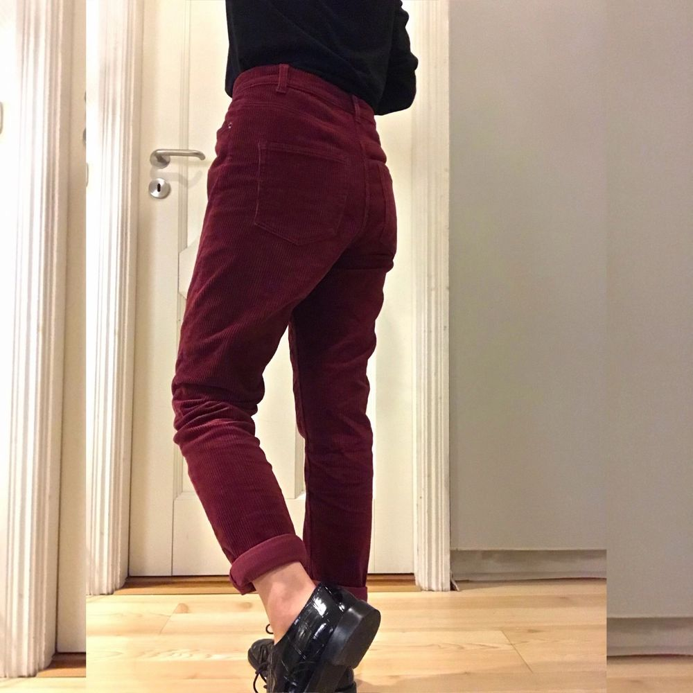 Warm and soft corduroy trousers from Monki :) I bought it last winter but haven't wore them more than 5 times so I'm selling it! The colour is red wine and the size is S👖🤍. Jeans & Byxor.