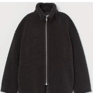 En super snygg och populär hm jacka i ett teddy material kan kallas pile 💕 jag ha storlek xs men hade passat xs-s/m