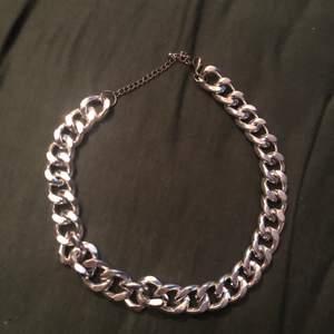Tjock silver (fake) kedja i halsband.  Frakt får man stå för själv så hela priset blir 45 då.