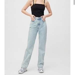 Ett par skit snygga jeans ifrån weekday i modellen rowe och de är i strl W 26 L 30! Jeansen är inte använda så mycket och de kostar 500 kr som nypris och nu säljer jag de för 300 kr + frakt