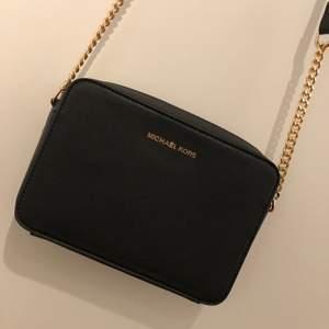 Säljer denna fina MK väska då den ej kommer till användning. Inte helt säker om den är äkta eller kopia, men mycket fin och ser iallafall identisk ut med orginalet. Använd 2 gånger, i mycket fint skick.