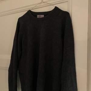 Bra kvalitet wool-tröja från Alan Paine! Knappt använd, bra basplagg. Stl? (Jag är 170cm och när vanligen stl 36) och den passar bra på mig. Skriv för fler detaljer!❤️
