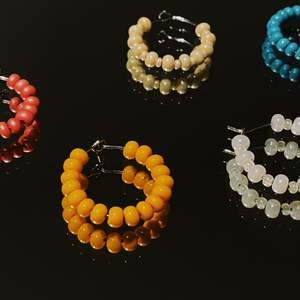 Säljer handgjorda smycken i färgglada färger, armband, halsband och örhängen! Finns både att köpa här på Plick men också Instagram @mylainasarasmycken✨💘