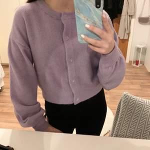Stickad kofta ifrån H&M, croppad i midjan, den lila kommer inte riktigt fram i bilden men tröjan är mer klar lila, aldrig använd, frakt tillkommer 💜