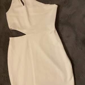 Säljer denna klänning som både passar till student men även fest, den är inte genomskinlig. Passar storlek S🤍