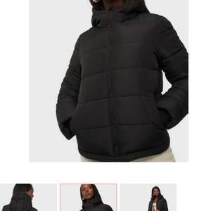 Säljer denna jacka ifrån märket Pieces köpt på Nelly.com. Använd endast 1 gång pågrund av att jag köpte en annat. Man kan dra åt jackan så den sitter tajtare i midjan.