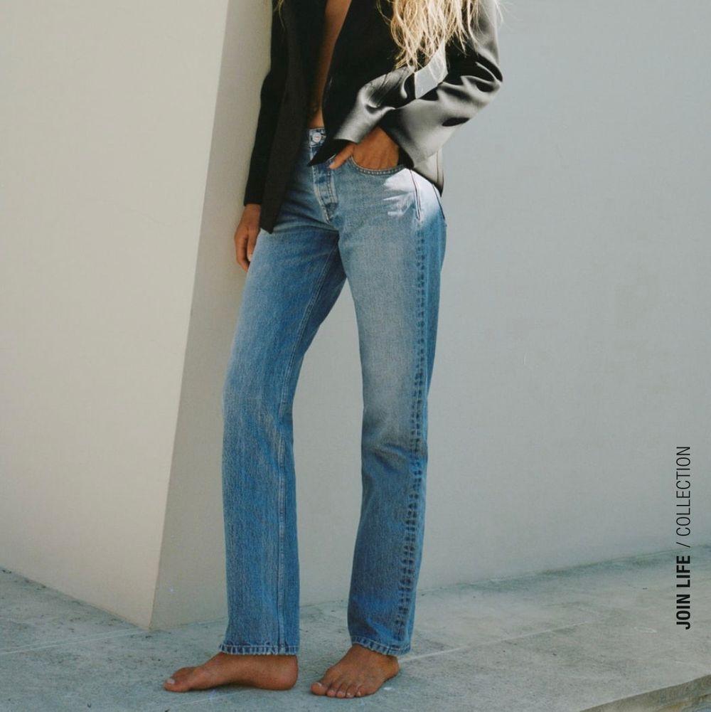 Säljer dessa skit snygga jeans från zara som var för långa för mig som är 163, de är i storlek 42 dock står det på hemsidan att man ska ta en storlek större än vad man har,jag har 38 och de passade förutom längden! de är helt och hållet slutsålda och endast testade så säljer för minst 359 då jag annars kan lämna tillbaks dem❤️❤️buda😊. Jeans & Byxor.