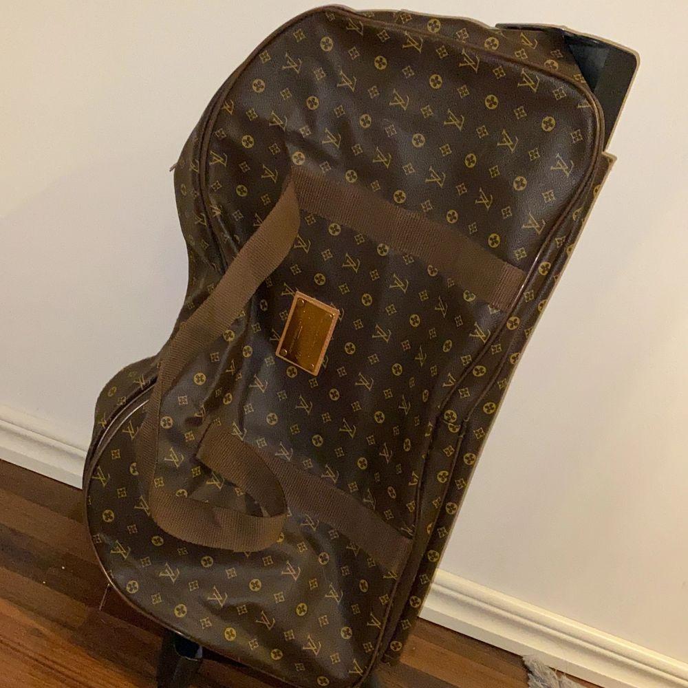 Jag säljer den här fina lv resväskan som är stor och rymlig.  Har hjul och ett handtag för att dra. Man kan även lägga den åt sidan och bära som en handväska. Den är inte äkta men ser inte fake ut. Den är i bra skickt. Kan mötas upp i Stockholm. Skriv för fler bilder:). Väskor.