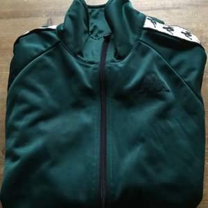 Tuff Grön Kappa sweatshirt. Fint skick. Köparen står för frakten.