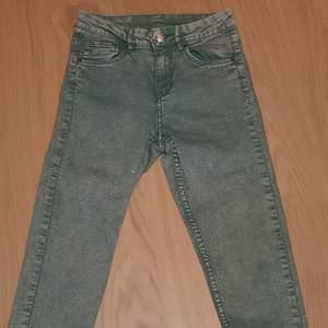 Mint gröna stuprör jeans med normal midja från H&M som aldrig kom till användning i strl 34.