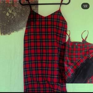 En superfin röd, vintrig/höstig klänning med spetsdetalj från Daisy street! Aldrig använd pågrund av felköp! Köparen står för frakt⭐️